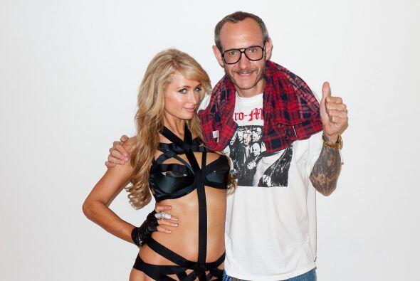 Paris Hilton también ha enseñado la piel y sus encantos ante la cámara d...