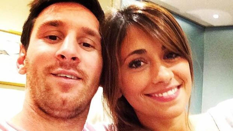 El astro argentino acompaña a su mujer en el hospital de Rosario.