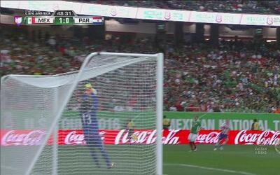 Guillermo Ochoa le roba un gol a Paraguay con un atajadón