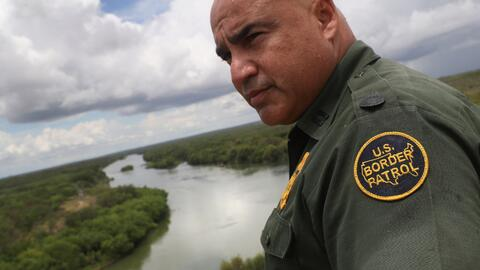 Un agente de la Patrulla Fronteriza en el río Grande, cerca de la ciudad...