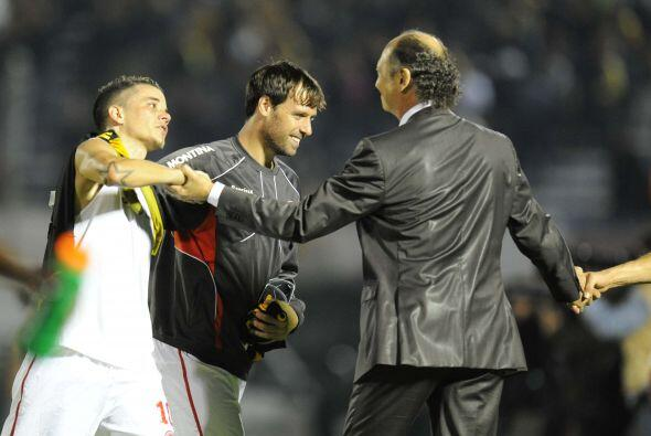 El técnico Falcao saluda al argentino Andrés D´Alessandro luego del buen...