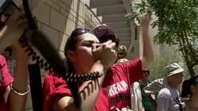 Estudiantes protestando el arresto de sus compañeros