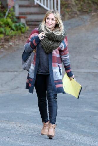 Otra que sabe de bufandas, es Hillary Duff, pues prefiere cargar con alg...