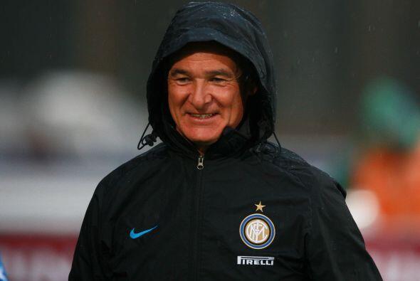 Ranieri, técnico del Inter, disfrutaba bajo la lluvia al ver a su equipo...