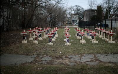 Carpintero Greg Zanis aumenta las cruces en Englewood por las víctimas m...