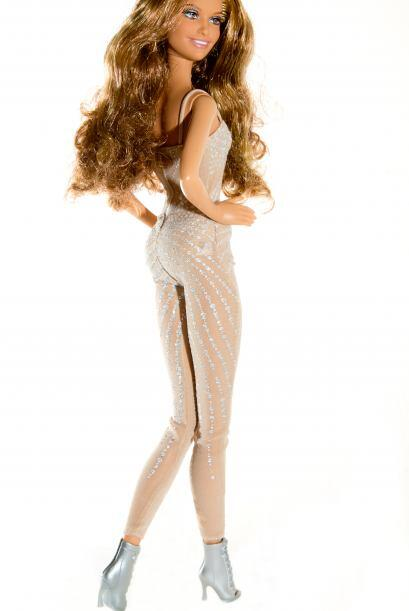 Y también les faltó ponerle más curvas, porque el cuerpo de la cantante,...
