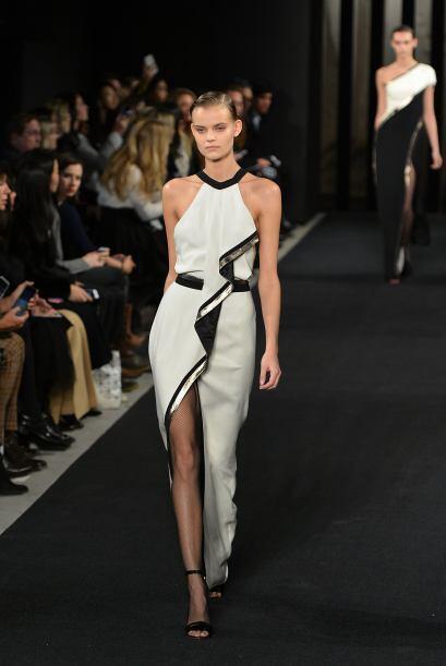 Sutil y muy sexy es este diseño de J. Mendel en blanco y negro.