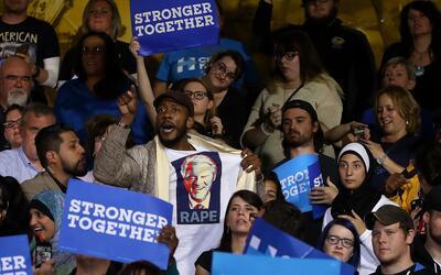 Un hombre vistiendo una camiseta con la imagen del expresidente Bill Cli...