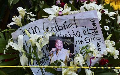 Flores y fotos de Juan Gabriel en la Plaza de Garibaldi en la ciudad de...