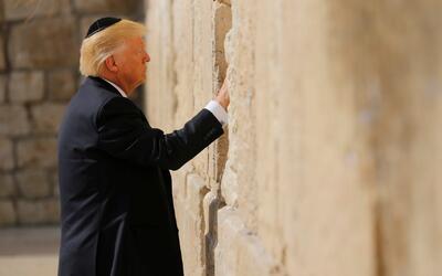 Trump, el primer presidente estadounidense en activo que visita el Muro...