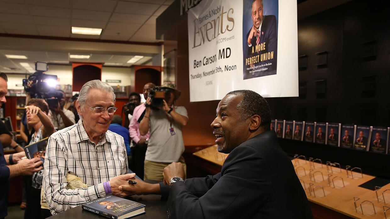 Ben Carson durante la firma de libros en Kendall