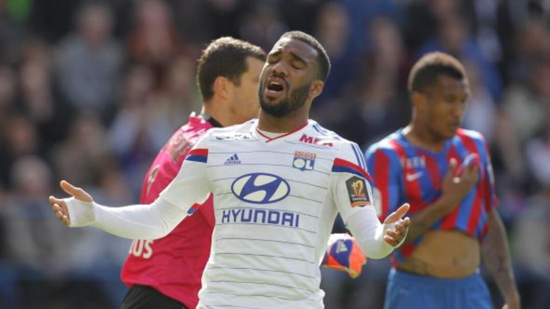 El delantero del Olympique de Lyon no podría creer la goleada ante Caen.