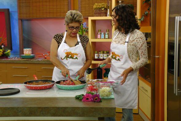 Karla tuvo una invitada muy especial en la cocina, su mami demostró que...
