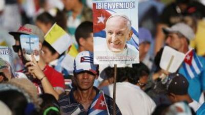Miles de feligreses esperan el inicio de la celebración de la misa en la...