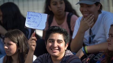 Estudiantes de secundaria, la mayoría latinos, protestan en Los &...