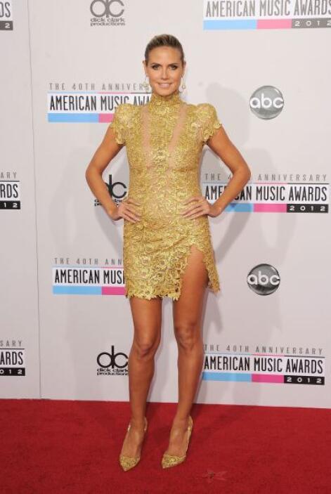 ¿Qué nos pueden decir de este mini vestido semi-transparente? A poco no...