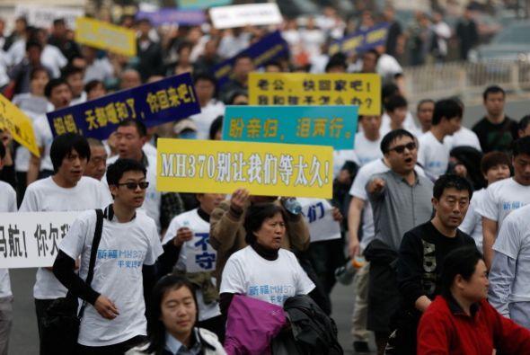 Marcharon hacía la embajada de Malasia en Pekín y exigieron transparenci...