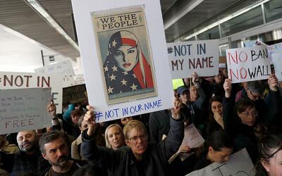 Cómo la orden ejecutiva de Trump convirtió a los aeropuertos en centros...