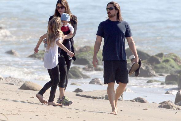 El actor de 'The Dark Knight' salió a pasear con su familia.
