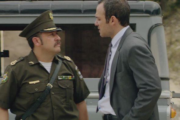 Al llegar al lugar del enfrentamiento, el coronel le explica al señor Re...