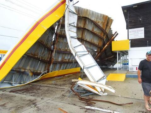 Earl recuperó fuerza de huracán al tocar este sábado tierra canadiense e...