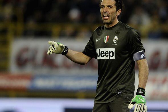 Iniciamos en la portería, con el guardameta italiano Gianluigi Buffon.