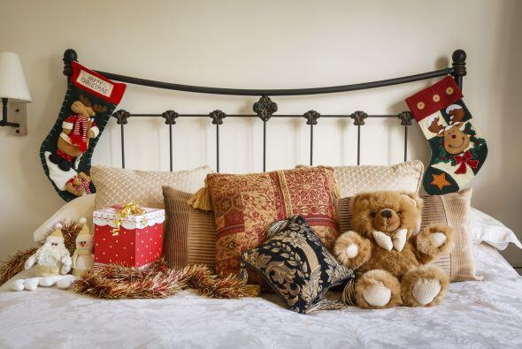 Incorpora detalles sutiles por ejemplo, en la cabecera de la cama y pelu...