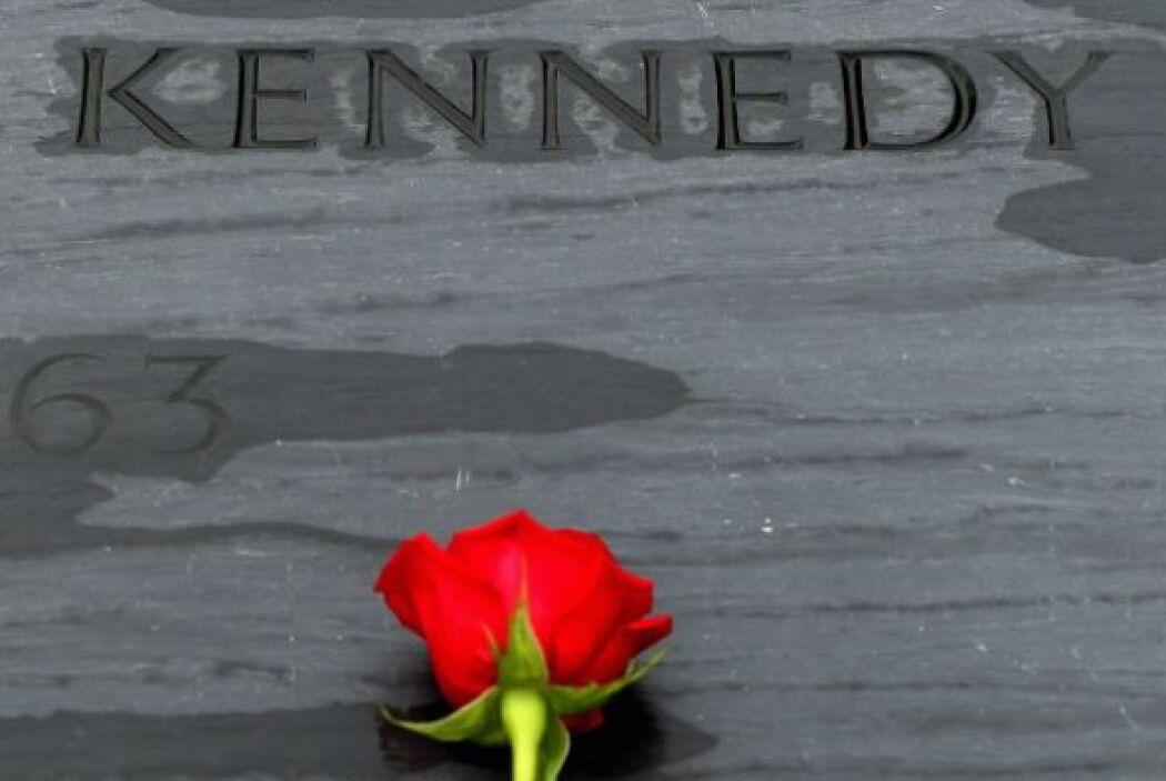 Una corona de flores será depositada cerca de su busto en el Kennedy Cen...