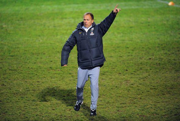El técnico de Brasil, Mano Menezes, tiene sobre sus hombros la di...