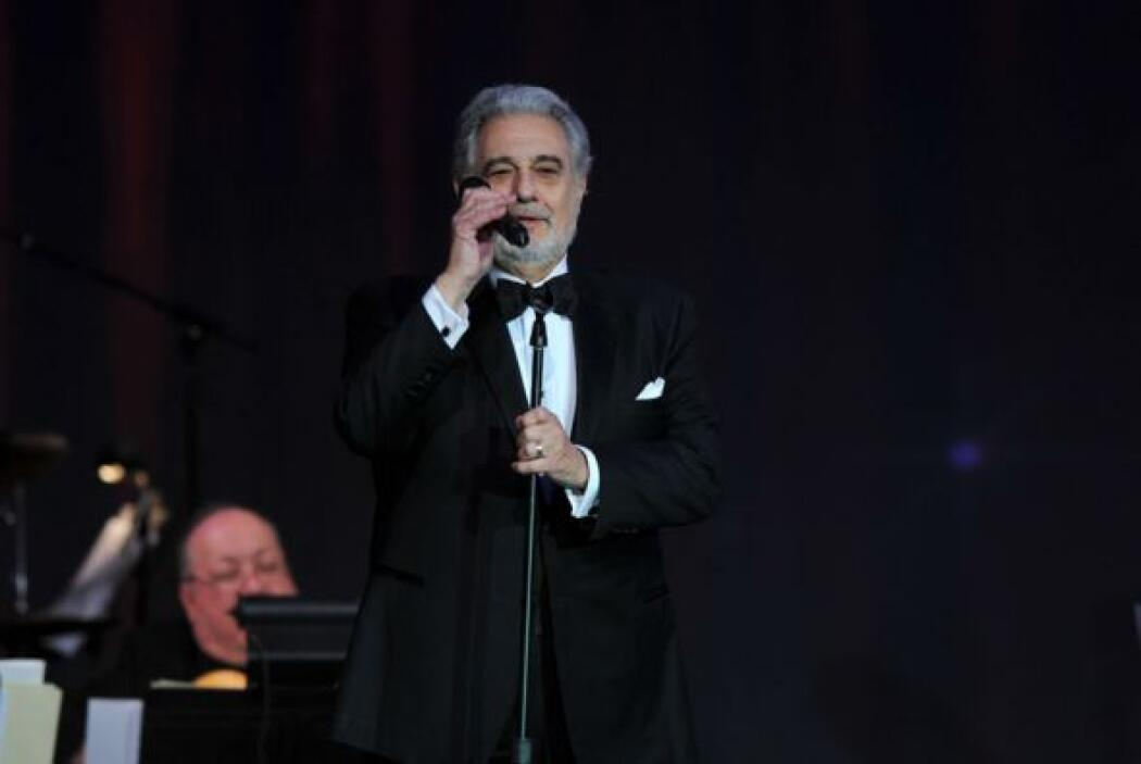 El intérprete estuvo acompañado por la orquesta dirigida por la mexicana...