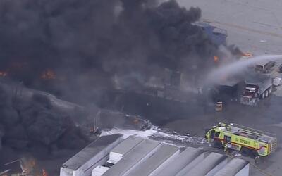 Por incendio cierran vías aledañas a almacenes de American Fruit & Produ...