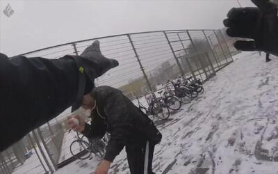 Niños y policías disfrutan de una guerra de nieve en los Países Bajos