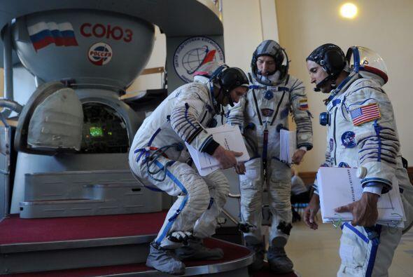 Acabá, Padalka y Revin se sientan en una cápsula Soyuz en su último ensa...
