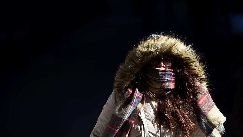 En febrero de este año, una mujer enfrentaba así el frío en las calles n...
