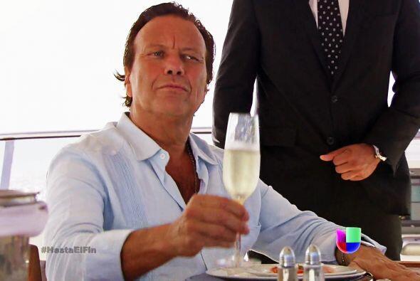 "¡Pero tranquilo Chavita! Que por muy buena que sea su ""champagne"", no co..."
