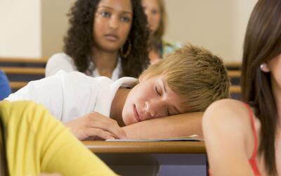 La ciencia detrás del 'sueño' adolescente