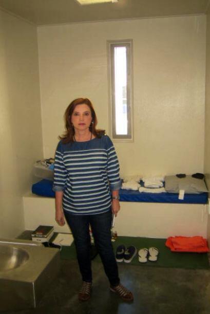 Lourdes Del Río dentro de una celda donde están los deteni...