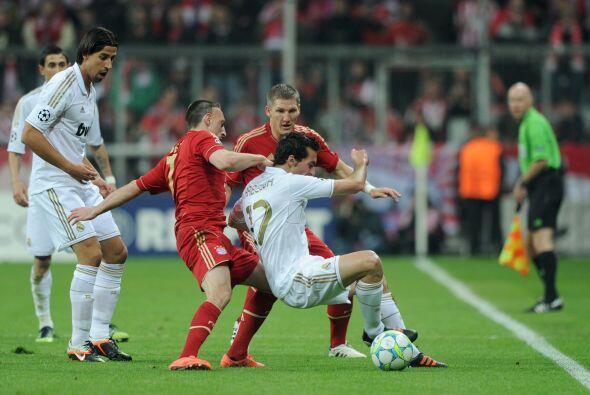 La pelota era muy peleada, pero los madridistas tenían la posesión.