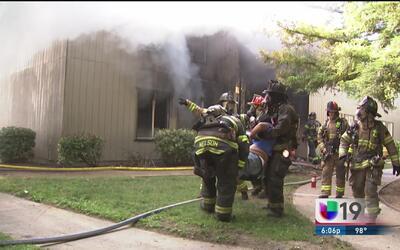 Bomberos salvan la vida de una mujer en medio de un voraz incendio