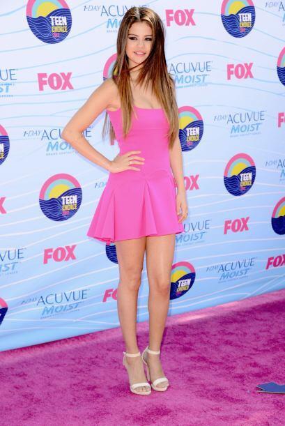 Selena Gomez usó un vestido con vuelo en color fucsia de A-line D...