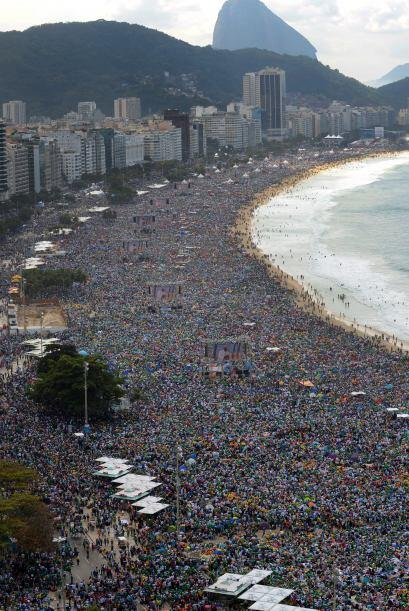 La multitudinaria misa sucedió en el marco de su visita a Brasil donde l...