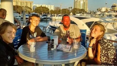 Ace Kimberly, de 45 años, desembarcaron de Sarasota a las 7:00 am...