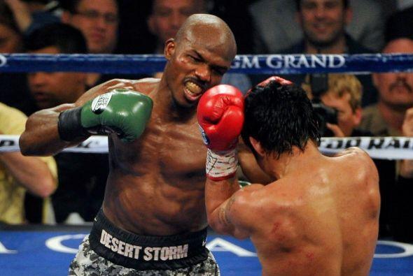Bradley lanzaba sus puños con todo, pero Pacquiao defendía bien.