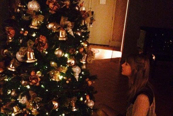 Taylor Swift se dio tiempo para adornar así su arbolito navideño.