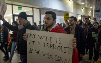 Un manifestante en una marcha realizada el 4 de febrero en Los Ángeles e...
