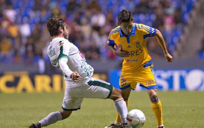Javier Aquino se lesionó durante el juego contra Jaguares.