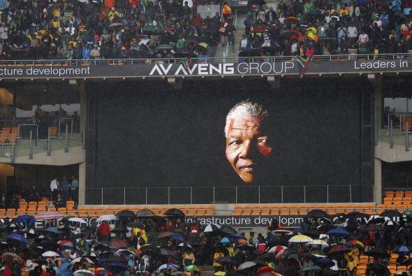 El estadio, casi repleto, coreaba en una sola voz el nombre de Nelson Ma...