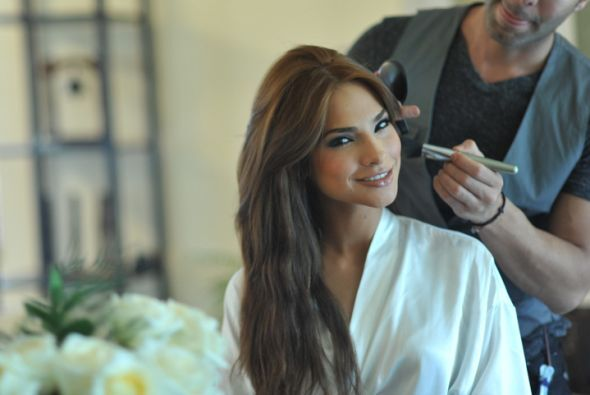 El maquillista Enrique se concentró en los ojos de Alejandra para que fu...