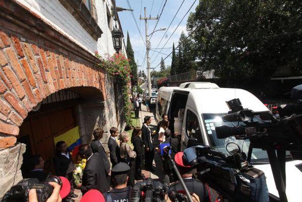 Horas antes, diversos medios esperaban afuera de la casa del escritor pa...