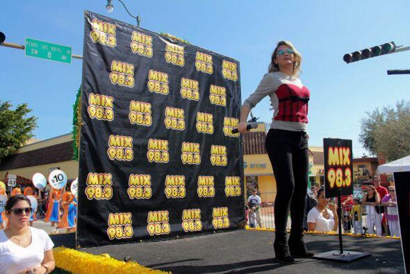 Luisa Fernanda bailando y gozando la musica de DJ Xtreme en la carroza d...